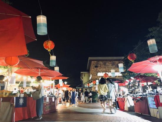 ▲ 신세계 여주 프리미엄 아웃렛이 마련한 &lsquo;타이완 야시장&rsquo;을 찾은 쇼핑객들이 타이완 대표 스트리트 푸드와 전통의상 등을 둘러보고 있다.  <신세계사이먼 제공>
