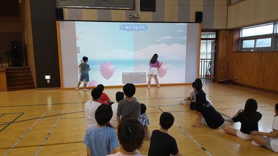 ▲ 수원 신풍초등학교는 전국 최초로 체육관에 '가상현실 실내체육 시스템'을 설치했다고 30일 밝혔다.  전승표 기자 sp4356@kihoilbo.co.kr