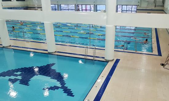 ▲ 익수사고가 발생했던 수원체육문화센터 수영장에서 강습이 진행되고 있다.  전승표 기자 <br /><br />