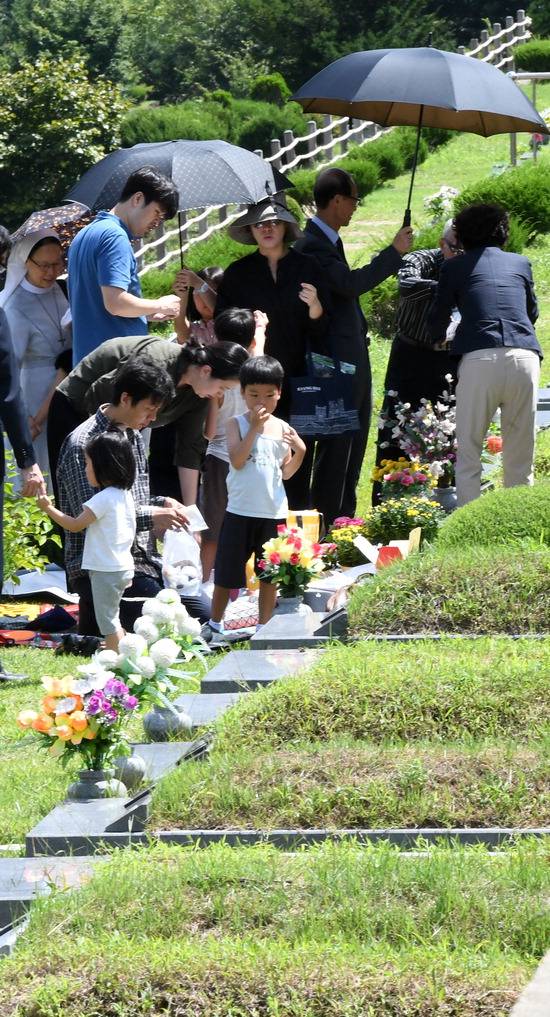 ▲ 민족 최대 명절인 추석을 3주가량 앞둔 2일 천주교 용인공원묘원을 찾은 한 가족이 미리 성묘를 하고 있다.  용인=홍승남 기자 nam1432@kihoilbo.co.kr