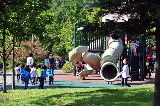 ▲ 부평구에 마련된 녹지 공간에서 아이들이 즐거운 시간을 보내고 있다. 구는 녹지 공원별 특화 사업을 진행, 지역민을 위한 다양한 휴식공간 제공에 힘 쓰고 있다.  <인천시 부평구 제공>
