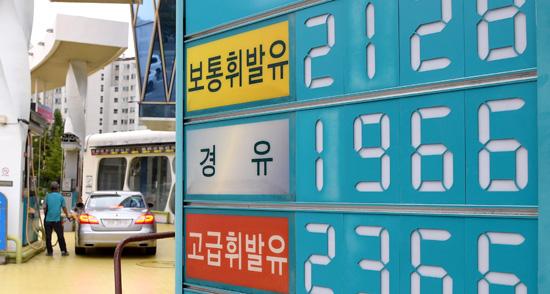 ▲ 국내 휘발유 가격이 9주 연속 상승하며 연중 최고치를 또다시 갈아치웠다. 한국석유공사 유가정보서비스 오피넷에 따르면 8월 마지막 주 전국 주유소에서 판매된 보통휘발유 가격은 전주보다 1L당 평균 1.1원 오른 1천620.3원을 기록했다. 3일 성남시 분당구의 한 주유소에서 휘발유가 1L당 2천128원에 판매되고 있다. 성남=홍승남 기자 nam1432@kihoilbo.co.kr
