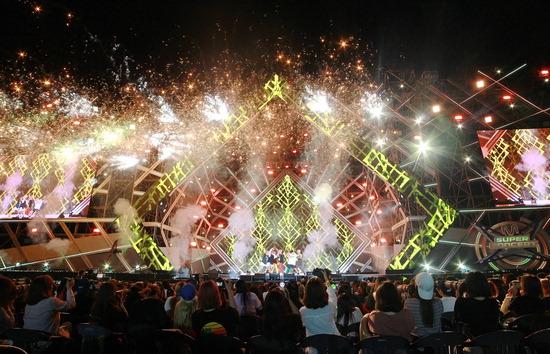 ▲ 2일 인천공항 문화공원에서 열린 2018 인천공항 스카이 페스티벌에서 관람객들이 K-POP 콘서트를 즐기고 있다.