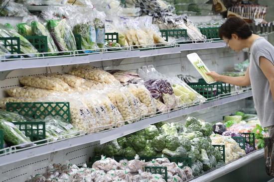 ▲ 폭염과 폭우로 채소 가격 상승세가 이어지면서 추석(9월 24일) 물가마저 불안한 4일 오전 서울 한 마트에서 소비자들이 채소를 고르고 있다. /연합뉴스