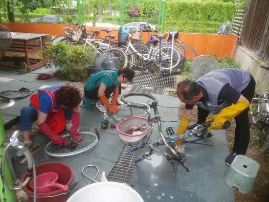 ▲ 광명시가 공공일자리 사업 참가자들이 &lsquo;5060 싸이클링 프로젝트&rsquo; 자전거를 수리하고 있다. <광명시 제공>