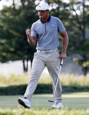 ▲ 브라이슨 디섐보가 4일(한국시간) 열린 PGA 투어 플레이오프 2차전 15번홀에서 버디를 잡은 뒤 주먹을 쥐어 보이고 있다. /연합뉴스<br /><br />