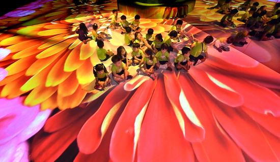 ▲ 4일 인천시 서구 국립생물자원관에서 '꽃이 꼬시다' 기획전이 열려 어린이들이 계절에 따라 피어나는 화려한 꽃모양이 투사되는 전시실에서 즐거운 시간을 보내고 있다.  이진우 기자 ljw@kihoilbo.co.kr