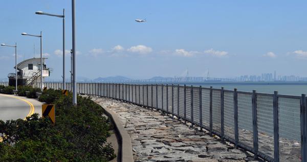 ▲ 인천시 중구 거잠포선착장 방향의 공항남로 해안도로 주변에 군 초소와 함께 펜스가 길게 이어져 있다.  이진우 기자 ljw@kihoilbo.co.kr