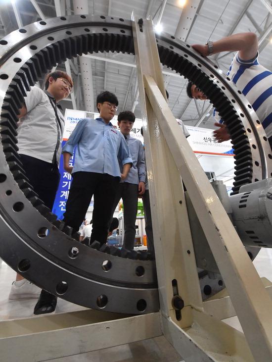 ▲ 5일 인천시 연수구 송도컨벤시아에서 인천국제기계전이 열려 전시장을 찾은 학생들이 다양한 산업용 기계에 중요부품으로 들어가는 베어링을 살펴보고 있다.  이진우 기자 ljw@kihoilbo.co.kr