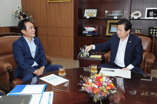 ▲ 정장선 평택시장이 해양수산부를 방문, 김영춘 장관과 평택항 활성화를 위한 방안에 대해 논의하고 있다. <평택시 제공>