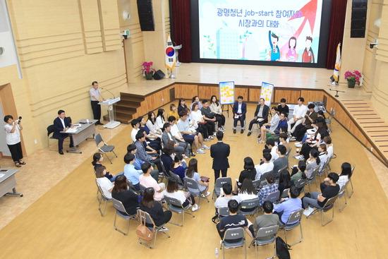 ▲ 박승원 광명시장이 관내 청년과들과 창업 고민에 대한 진솔한 대화을 나누고 있다. <광명시 제공>