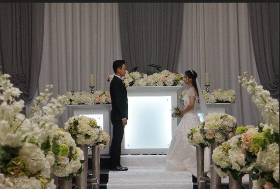 ▲ 용인시 결혼비용 지원사업에 선정된 &lsquo;1호 커플&rsquo;이 결혼식을 올리고 있다. <용인시 제공>