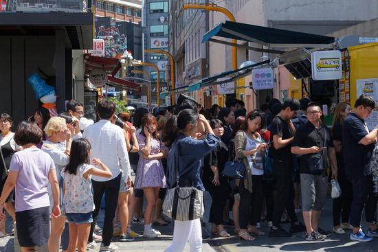 ▲ 신포국제시장 신포청년몰을 찾은 방문객들이 푸드트럭 음식을 맛보기 위해 기다리고 있다.<br /><br />