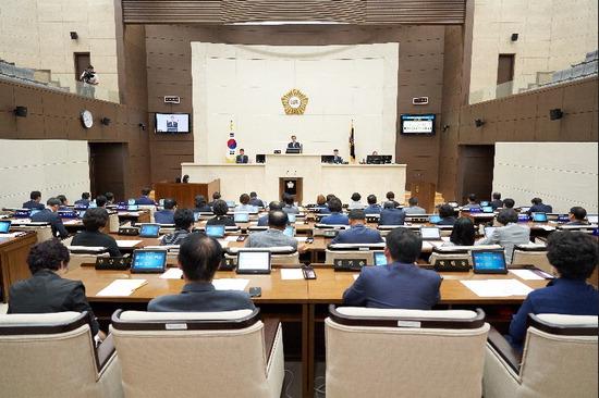 ▲ 제8대 용인시의회가 개원한 지 70여일 만에 여야 의원 전원이 참석한 가운데 본회의가 열리고 있다.  <용인시의회 제공>