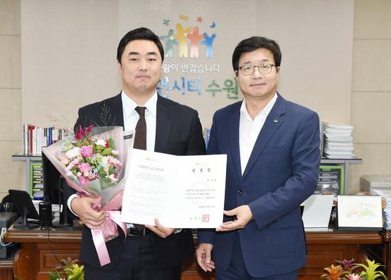 ▲ 김도윤 감독과 염태영 수원시장이 기념촬영을 하고 있다.  <수원시 제공>