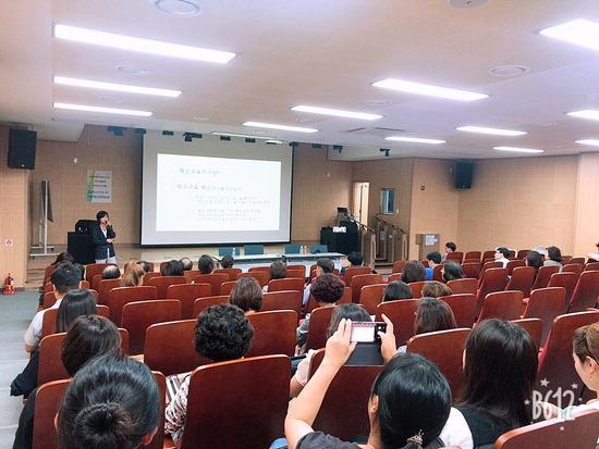▲ 가평교육 혁신설명회 참가자들이 강사의 설명을 주의깊게 듣고 있다.