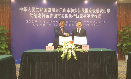 ▲ 안산시와 중국 러산시가 '우호 협력' 실행 합의서 체결한 후 악수를 하고 있다.