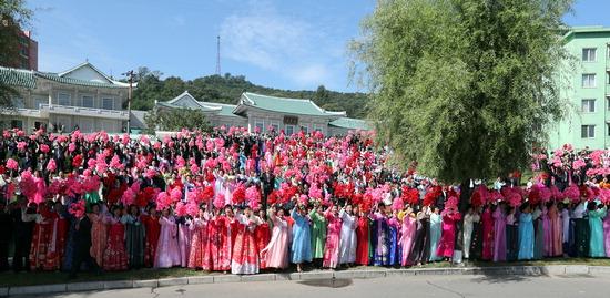 ▲ 18일 평양 순안공항에서 시내로 향하는 거리에서 시민들이 꽃을 흔들며 문재인 대통령을 환영하고 있다.   <평양 사진공동취재단>