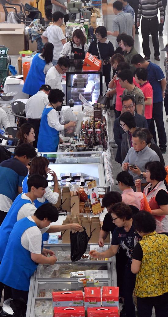 ▲ 19일 인천시청 중앙홀에서 우수식품특가판매전이 열려 시민들이 시식을 하며 상품을 구입하고 있다.  이진우 기자 ljw@kihoilbo.co.kr