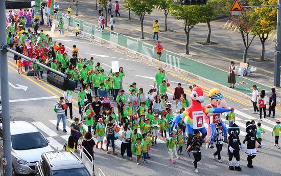 ▲ 지난해 사랑방문화클럽축제 '사랑방퍼레이드'에 참가한 시민들이 시청 앞 도로를 무리지어 걷고 있다.