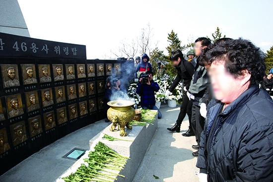 ▲ 북한 피격으로 백령도 인근 바다에서 침몰한 천안함 희생자의 추모식이 열리고 있다.