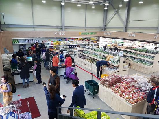 ▲ 평택지역에서 생산되는 농산물을 소비자에게 신선하고 안전하게 제공하기 위해 정식 개장한 평택로컬푸드 &lsquo;이충직매장&rsquo; 내부 모습.    <평택시 제공>