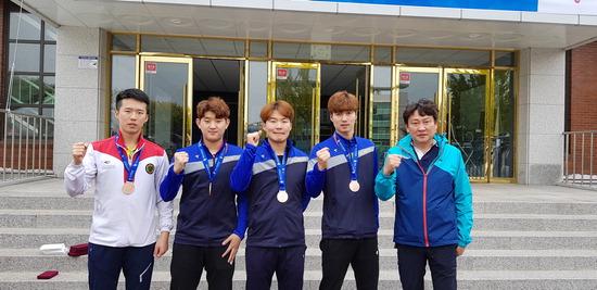 ▲ 창단 첫해 동메달을 획득한 인시체육회 선수들과 감독. <인천시체육회 제공>