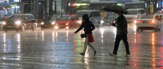 ▲ 인천지역에 국지적으로 천둥·번개와 함께 많은 양의 비가 내린 23일 중구 동인천역 인근에서 시민들이 비를 피해 발걸음을 재촉하고 있다.  이진우 기자 ljw@kihoilbo.co.kr