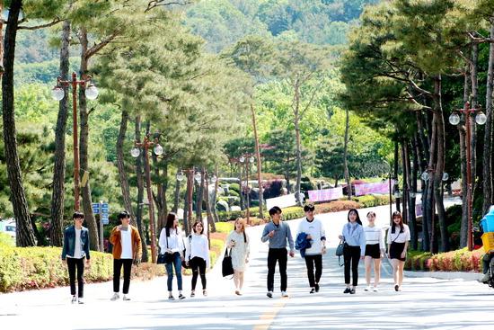 ▲ 캠퍼스를 거닐고 있는 학생들. 서정대는 지난해 말 취업률 74%를 기록하며 경기북부지역 전문대학(나그룹) 중 가장 높은 것으로 나타났다. <서정대 제공>