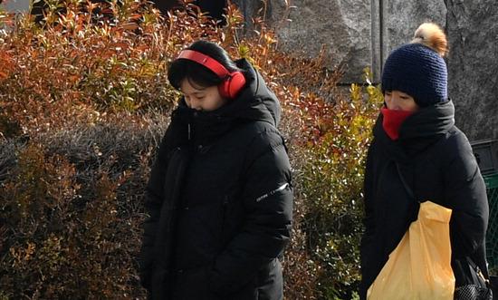 ▲ 북극 한파가 기승을 부린 9일 인천시 남동구 구월동의 한 거리에서 시민들이 두꺼운 옷을 입고 발걸음을 옮기고 있다. 이진우 기자 ljw@kihoilbo.co.kr<br /><br />