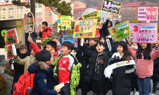 ▲ 초등학교 학생회장 선거가 한창인 19일 인천시 미추홀구 문학초등학교 앞에서 학생들이 피켓을 들고 선거운동을 벌이고 있다.  이진우 기자 ljw@kihoilbo.co.kr