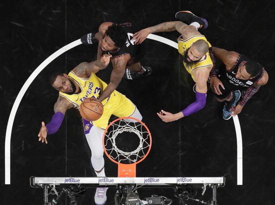 ▲ 미국 뉴욕에서 19일(한국시간) 열린 2018-2019 미국프로농구(NBA) 정규리그에서 LA 레이커스의 르브론 제임스(왼쪽)와 브루클린 네츠의 에드 데이비스가 치열한 볼 다툼을 벌이고 있다. 이날 브루클린이 115대 110으로 승리하며 6연승을 질주했다. 지난해 LA 레이커스에서 브루클린으로 유니폼을 갈아 입은 디앤젤로 러셀은 팀 내 최다 22득점에 어시스트도 13개나 기록하며 친정팀에 제대로 비수를 꽂았다. /연합뉴스