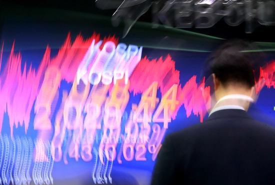 ▲ 2018년 증시 폐장일을 하루 앞두고 27일 오후 서울 을지로 KEB하나은행 본점 딜링룸에서 외환 딜러들이 오가고 있다. 올해 코스피와 코스닥지수가 글로벌 금융위기 이후 10년 만에 가장 큰 낙폭을 기록할 전망이다. 이날 한국거래소에 따르면 전날 코스피는 2,028.01로 장을 마감해 지난해 말(2,467.49)보다 17.8% 내렸다. 같은 기간 코스닥지수도 798.42에서 665.74로 16.6% 하락했다. /연합뉴스
