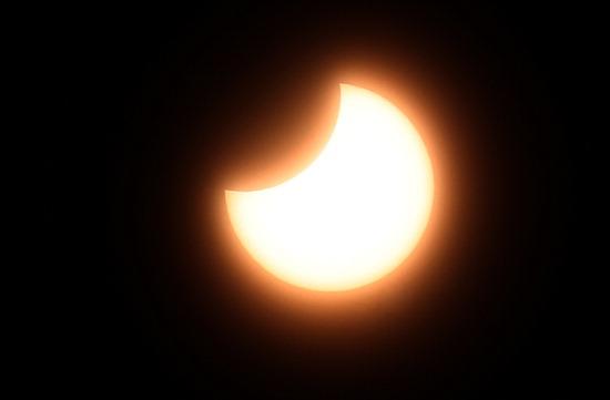 ▲ 6일 새해 첫 부분일식이 진행돼 달이 태양을 가리고 있다. 일식은 달이 태양을 가리는 현상으로 태양 전체가 가려지면 개기일식, 일부만 가려지면 부분일식이라고 부른다. 이번 부분일식은 3년 만에 찾아온 것이다. 이진우 기자 ljw@kihoilbo.co.kr