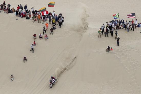▲ 제41회 다카르 랠리가 열린 8일(한국시간) 모터바이크 부문에 참여한 아르헨티나 선수가 페루 수도 리마에서 출발해 피스코에 도착하는 1차 구간의 모래사막을 질주하고 있다. 다카르 랠리는 세계적인 오프로드 경주대회로 이날 1구간 레이스가 끝났으며, 총 10구간으로 나뉘어 17일까지 열린다.  /연합뉴스<br /><br />