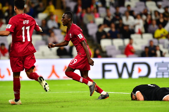 ▲ 카타르의 아모레즈 알리(왼쪽)가 10일(한국시간) 아랍에미리트(UAE) 알아인 하자 빈 자예드 스타디움에서 열린 2019 아시아축구연맹(AFC) 아시안컵 레바논과 E조 경기에서 골을 넣은 후 기뻐하고 있다. 카타르는 알라 위의 프리킥골, 알리의 쐐기골에 힘입어 2대 0으로 승리했고, 북한(109위)을 4대 0으로 완파한 사우디아라비아에 이어 E조 2위에 이름을 올렸다. /연합뉴스