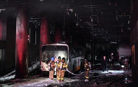 ▲ 17일 인천시 미추홀구 관교동 인천순복음교회에서 화재가 발생해 소방대원들이 진화 작업을 벌이고 있다. 교회 지하주차장으로 진입하는 입구에서 발생한 불은 교회 일부를 태우고 약 30분 만인 오후 6시 57분 완전 진화됐다. 이 화재로 1명이 연기를 마셔 병원에서 치료를 받고 있다. 이진우 기자 ljw@kihoilbo.co.kr