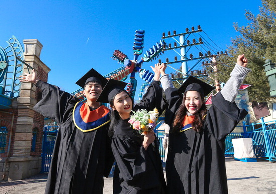 ▲ 내달 2일 에버랜드에서 &lsquo;콩-그레듀에이션 축제&rsquo;가 시작한다. 사진은 학사모와 졸업 가운을 입고 포즈를 취한 학생들. <에버랜드 제공>