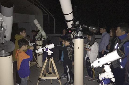 ▲ 시민들이 포천아트밸리 천문과학관에서 천체망원경으로 국제우주정거장을 관측하고 있다.<포천아트밸리 천문과학관 제공>