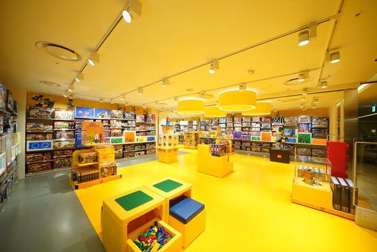 ▲ 레고코리아가 롯데백화점 인천터미널점 3층에 국내 7번째 공식 레고스토어를 오픈했다고 24일 전했다. 레고스토어는 레고그룹 본사의 가이드라인에 따라 레고만의 특별한 경험을 느낄 수 있도록 디자인된 직영 매장이다.<레고코리아 제공>