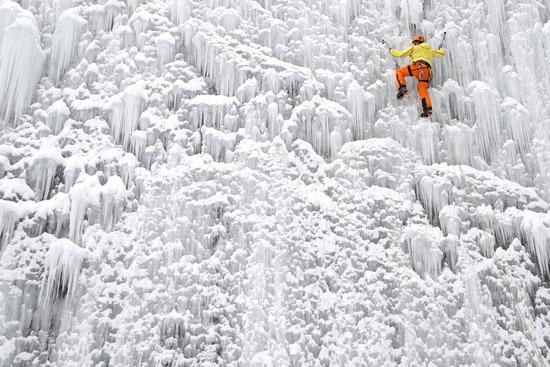 ▲ 체코 리베레츠에서 28일(한국시간) 한 남성 등반가가 인공 빙벽을 오르며 겨울 스포츠의 스릴을 만끽하고 있다.  /연합뉴스