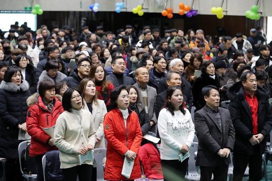 ▲ 10일 오전 수원시 장안구 수성고등학교에서 열린 수성고 부설 방송통신고 졸업식에서 졸업생들이 교가를 부르고 있다.  홍승남 기자 nam1432@kihoilbo.co.kr