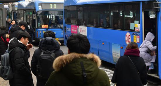 ▲ 최근 인천과 서울, 경기도가 시내버스 요금 인상 방안을 논의한 가운데 인천지역 버스요금이 올해 하반기나 내년 상반기 안에 인상될 가능성이 커졌다. 10일 인천시 미추홀구 관교동의 한 거리에서 시민들이 버스를 기다리고 있다.  이진우 기자 ljw@kihoilbo.co.kr