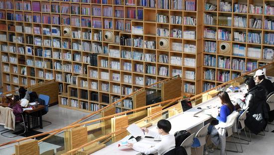▲ 쌀쌀한 날씨가 이어진 11일 오후 오산시 꿈두레도서관에서 시민들이 독서를 하고 있다.  오산=홍승남 기자 nam1432@kihoilbo.co.kr