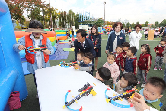 ▲ 이강호 남동구청장이 지난해 10월 열린 남동어울마당 대축제장에서 어린이들과 놀이 프로그램을 즐기고 있다. <남동구 제공>