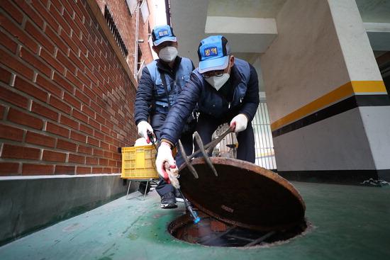 ▲ 수원시 팔달구보건소 관계자들이 13일 팔달구의 한 주택가에서 모기 유충 구제 작업을 하고 있다. 홍승남 기자 nam1432@kihoilbo.co.kr