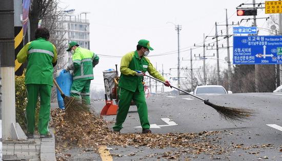 ▲ 미세먼지가 물러가고 바람이 강하게 분 12일 오후 수원시 환경미화원들이 낙엽을 청소하고 있다. 홍승남 기자 nam1432@kihoilbo.co.kr
