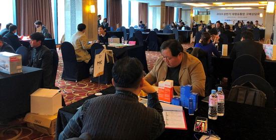 ▲ 13일 이비스 앰배서더 수원에서 열린 '2019 상반기 대형유통망 구매상담회'에서 대형유통망 MD들과 도내 중소기업들이 일대일 구매상담을 진행하고 있다.
