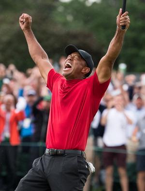 ▲ 타이거 우즈가 15일(한국시간) 미국 오거스타 내셔널 골프클럽에서 끝난 PGA 투어 시즌 첫 메이저 대회인 &lsquo;마스터스&rsquo; 우승이 확정되자 양 손을 올리며 포효하고 있다./연합뉴스 <br /><br />