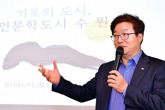 ▲ 염태영 시장이 '2019 고창한국지역도서전'에서 강연하고 있다.  <수원시 제공>